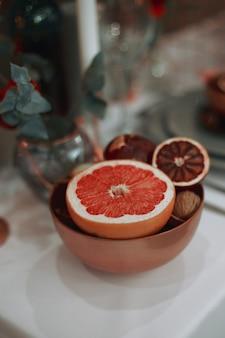 プレート上のグレープフルーツ