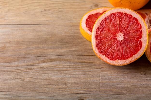 グレープフルーツの木製の背景