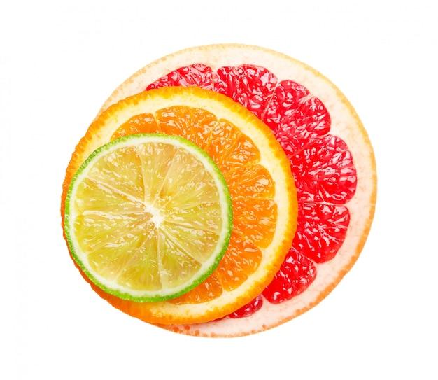 Грейпфрут, апельсин и лайм, изолированные на белом пространстве. круглый ломтик сочного и свежего грейпфрута, апельсина и лайма. с обтравочный контур. вид сверху