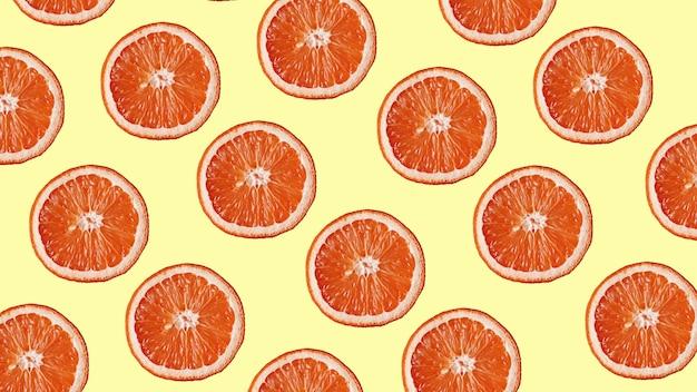 Образец грейпфрута на желтом фоне. концепция минимальной плоской планировки. вид сверху
