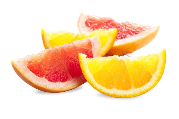 Части грейпфрута и апельсина, изолированные на белом, приготовленные для сока