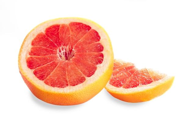 Части грейпфрута, изолированные на белом, подготовлены для сока