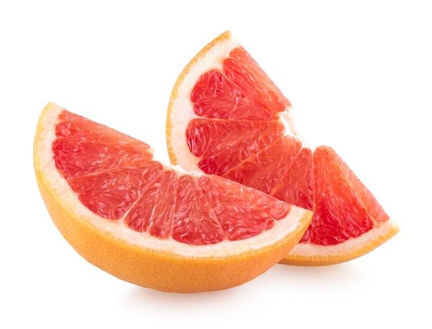 Ломтики грейпфрута, изолированные на белом фоне