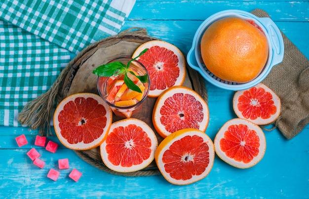 Ломтики грейпфрута с кубиками сахара и напитком
