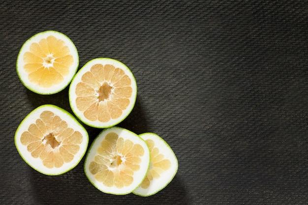 灰色のコンクリートのテーブルにグレープフルーツの甘いもの