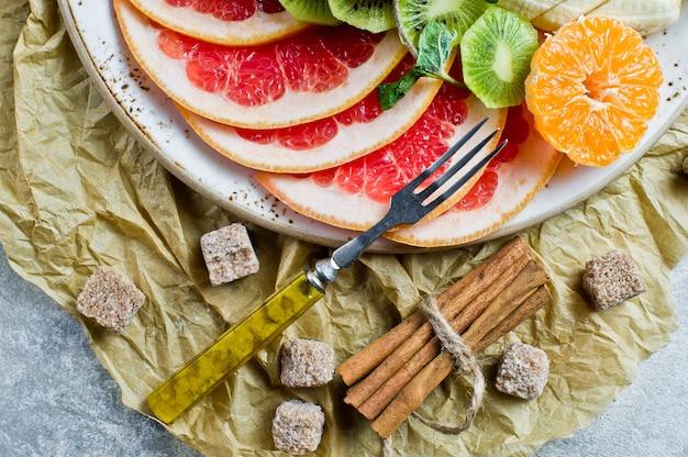 Grapefruit, tangerine, kiwi, orange, banana, apple.
