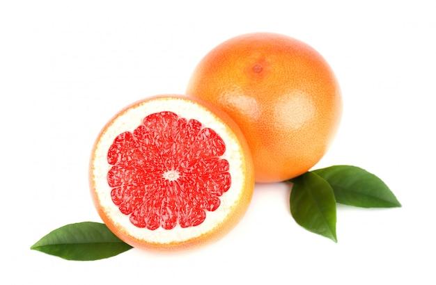 Грейпфрут с половинным ломтиком и листья изолированные на белом космосе с путем клиппирования. грейпфрут изолированный, грейпфруты.