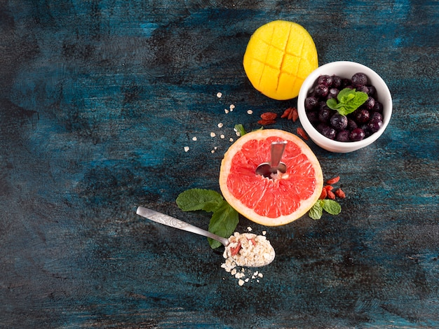 그릇에 딸기와 오트밀 자 몽