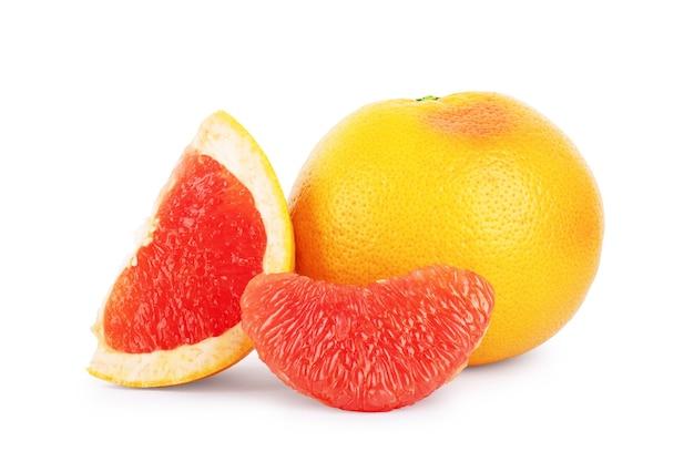白い背景の上のセグメントとグレープフルーツ