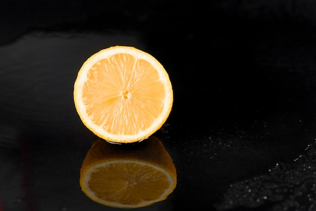 黒い表面に水滴のあるグレープフルーツ