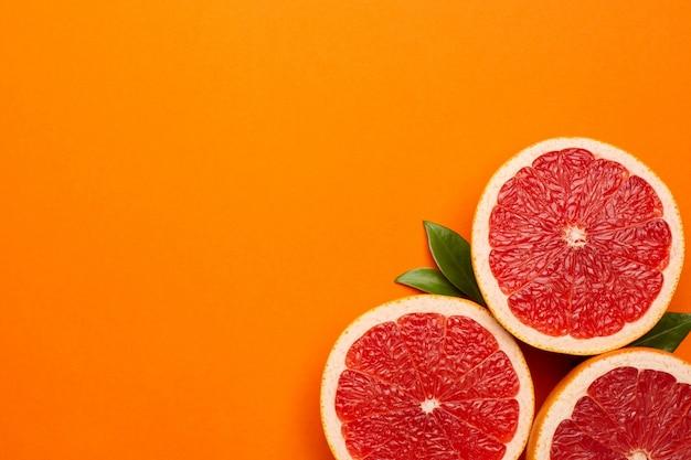오렌지 배경에 자 몽