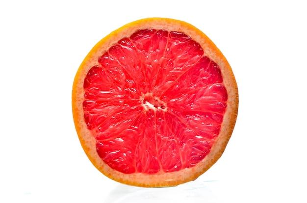 Грейпфруты на белом фоне