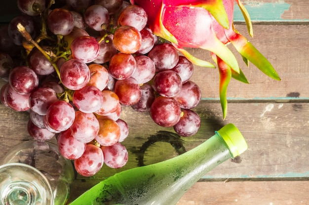 ブドウとジュースのボトル