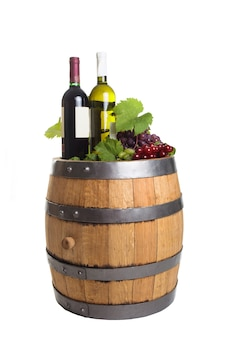 白で隔離されるワインと木製の樽のブドウとボトル