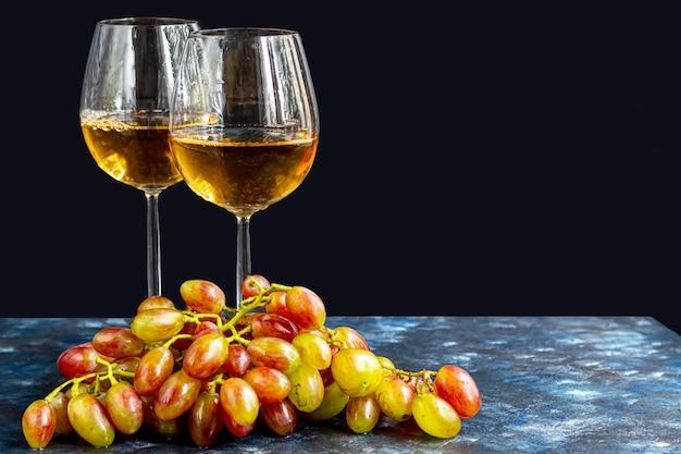 Виноград и бокалы вина