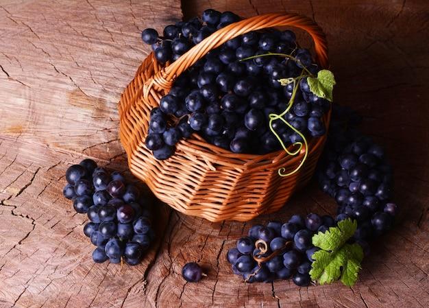 Виноград в корзине на деревянном