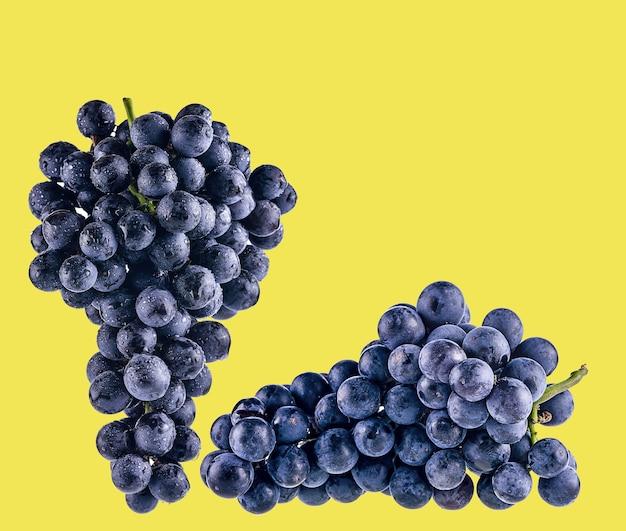 Виноград, изолированные на желтом фоне