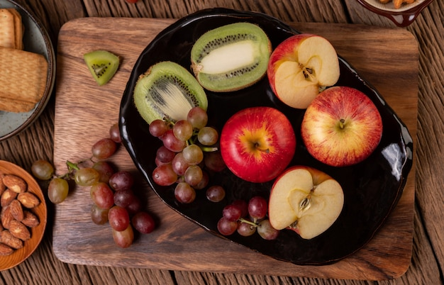 Виноград, киви, яблоки и хлеб на столе