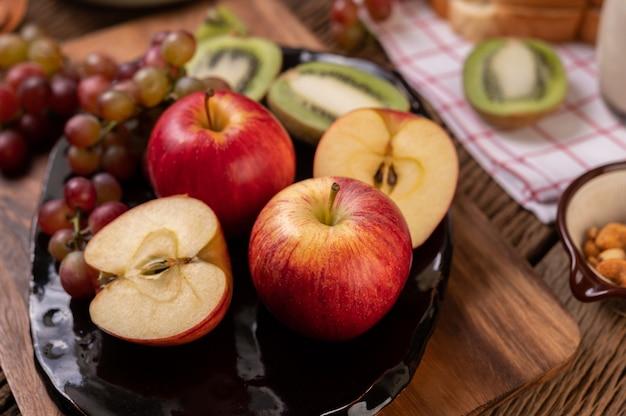 Uva, kiwi, mele e pane sul tavolo
