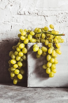 Виноград на сером кухонном столе с copyspace