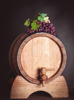 흰색에 와인과 함께 나무 통에 포도