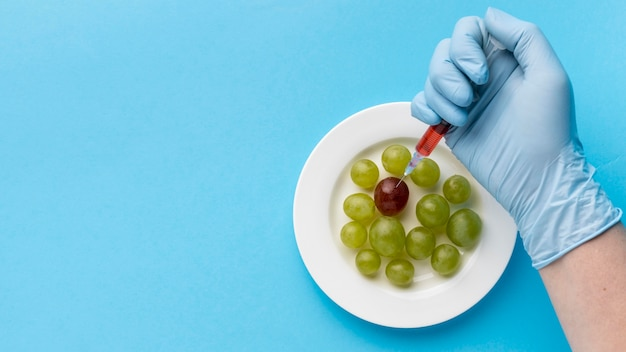 Uva su piatto e siringhe