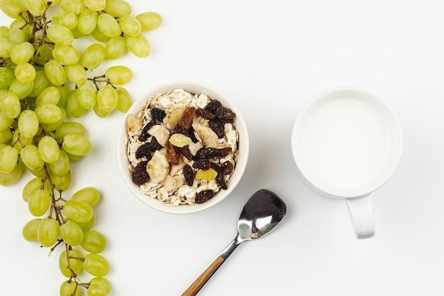 オートミールのおridgeとドライフルーツのブドウ