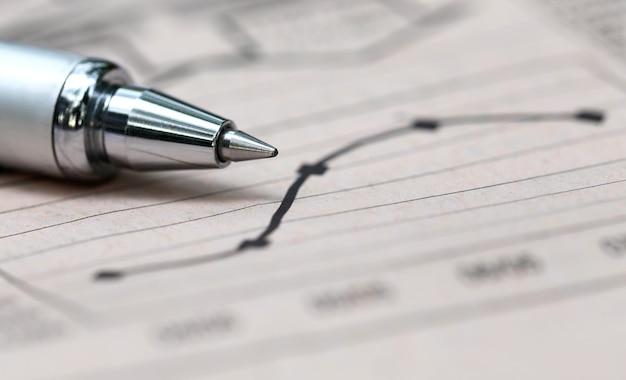 紙にペンでグラフチャート