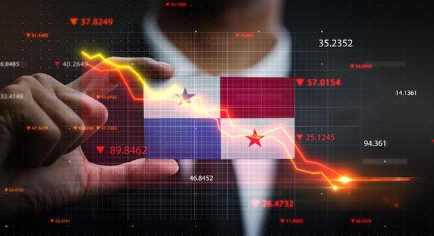 パナマの旗の前で落ちるグラフ。危機の概念