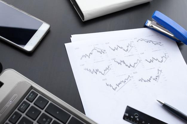 그래프 용지, 노트북, 전화 및 사무실 테이블에 펜