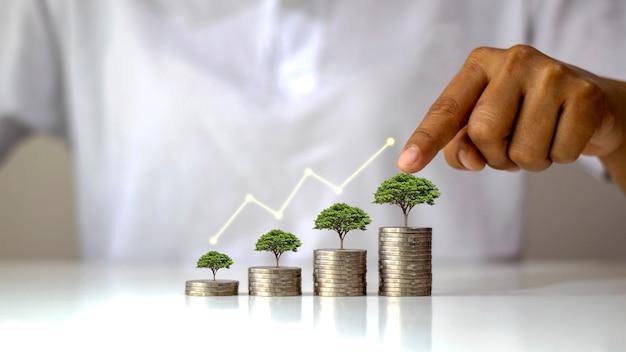 お金の山の上の木の成長を示すグラフ