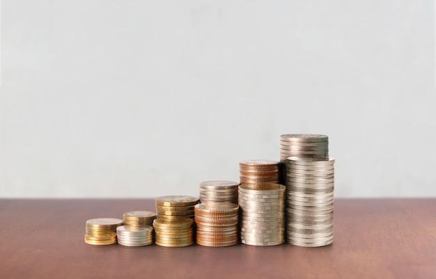グラフ株式市場。スタック上のコインの山。投資と貯蓄の概念