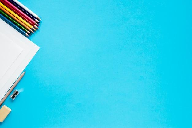 Графические аксессуары на синем фоне Premium Фотографии