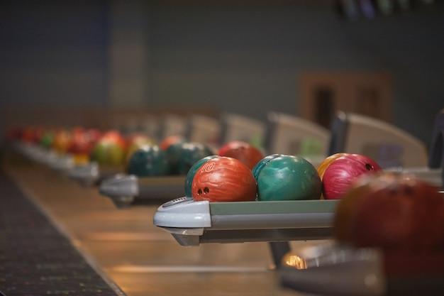 Графическое фоновое изображение машин для возврата мяча и шара для боулинга в ряд в развлекательном центре, копией пространства