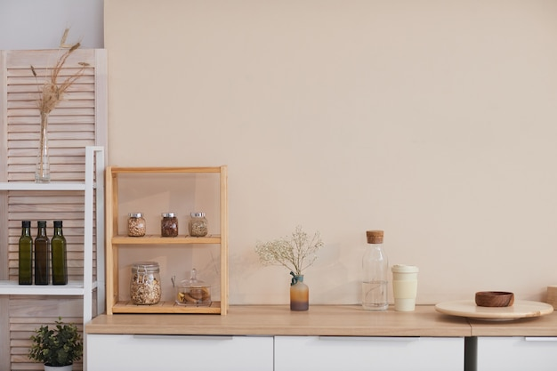 파스텔 색상의 벽과 꽃무늬 악센트가 있는 최소한의 주방 인테리어의 그래픽 배경 이미지, 복사 공간