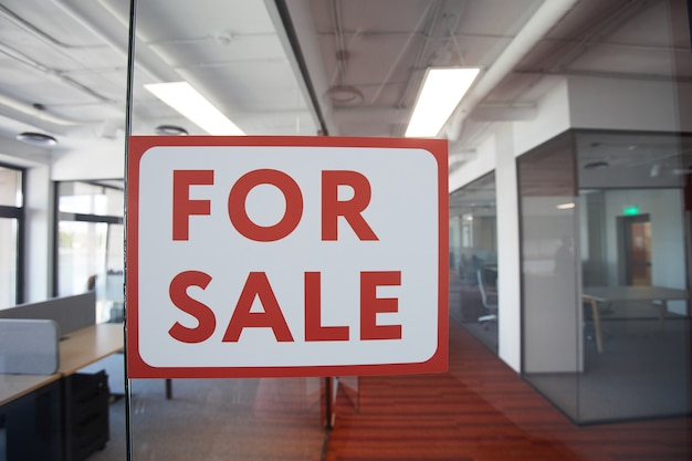 Графическое фоновое изображение красного цвета для продажи знака на стеклянной двери современного офисного помещения, копирование пространства