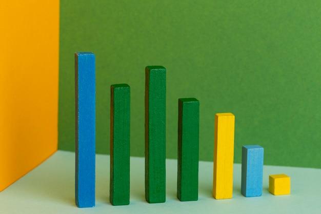 다채로운 나무 블록으로 그래픽 개념