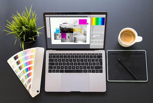 グラフィックデザイン画面ノートパソコンのモックアップ