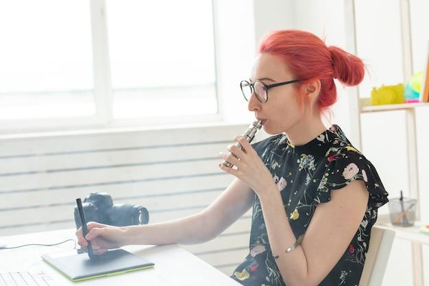 그래픽 태블릿을 사용하는 동안 컴퓨터에서 작업하는 그래픽 디자이너 개념 여성 그래픽 디자이너