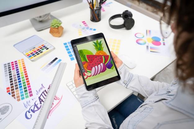 Графический дизайнер держит планшет