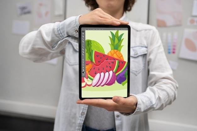 태블릿을 들고 있는 그래픽 디자이너