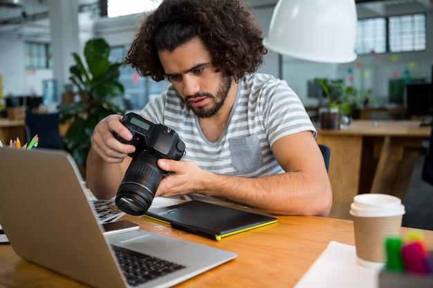 디지털 카메라에서 사진을보고 그래픽 디자이너