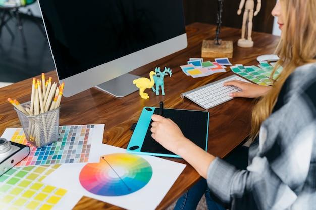 Графический дизайнер сидит на столе