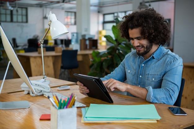 Графический дизайнер с помощью цифрового планшета в творческом офисе
