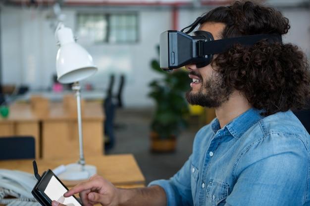 가상 현실 헤드셋과 디지털 태블릿을 사용하는 그래픽 디자이너