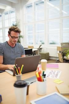Графический дизайнер, работающий на своем столе