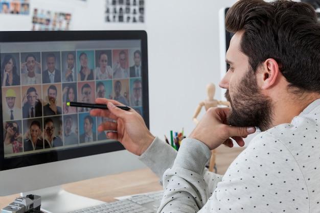 Графический дизайнер работает на настольном пк