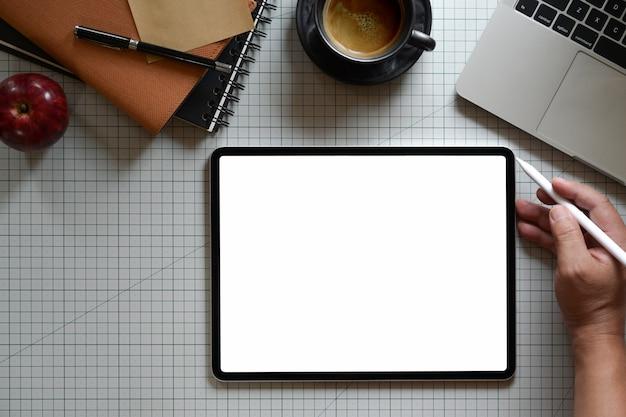 Графический дизайнер работает с цифровым планшетом в студии на рабочем месте