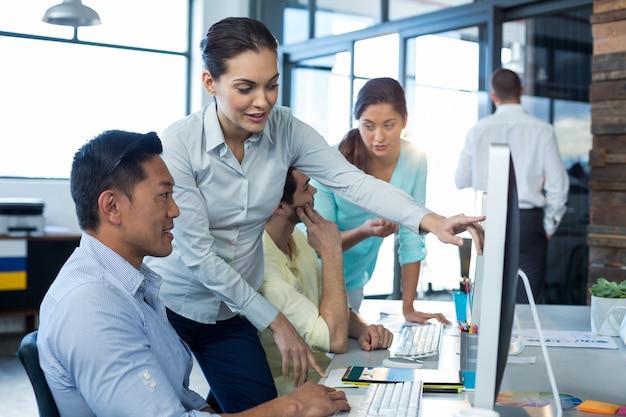 Графические дизайнеры, взаимодействующие во время работы на персональном компьютере