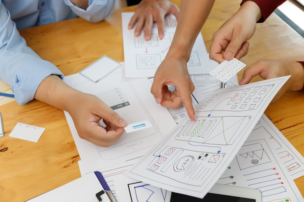 グラフィックデザイナーは、携帯電話コンピューターモバイル用のuxuiデザイナー計画アプリケーションテンプレートレイアウトフレームワークと連携します